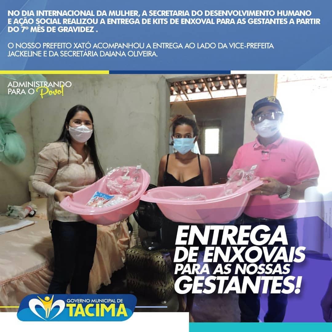 No Dia Internacional da Mulher, prefeito Xató faz surpresa às gestantes presenteando-às com uma rosa e realiza entrega de kits de enxoval ao lado da Vice-prefeita Jackeline e da Secretária de Ação Social Daiana Oliveira.